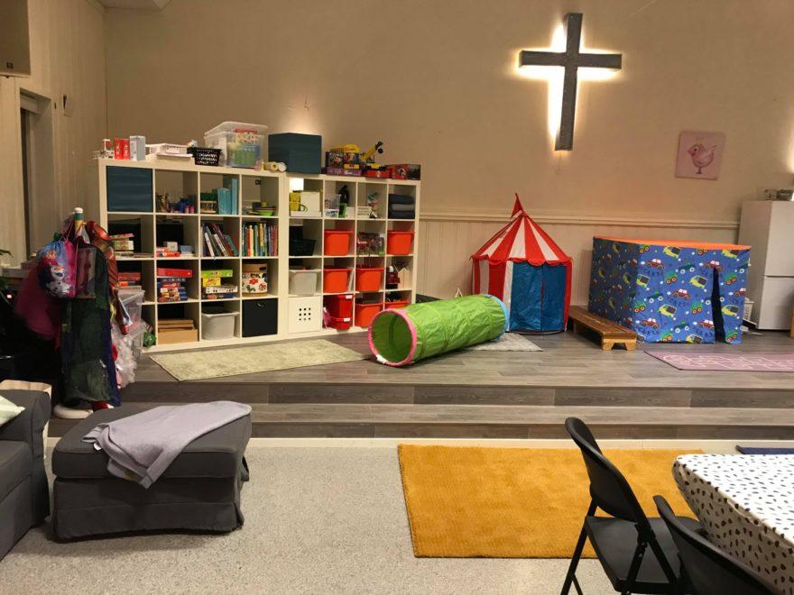 Her er forsamlingssalen blitt gjort om til barnehage med leker og bøker.