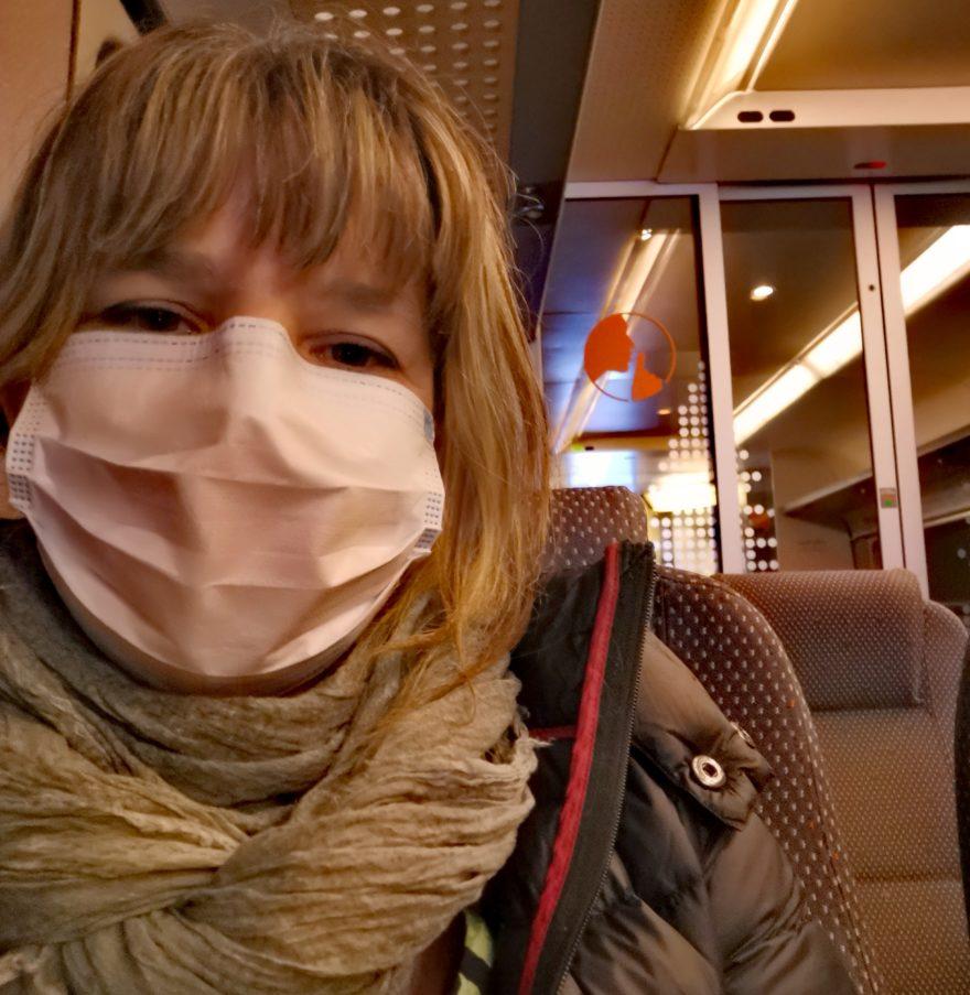 Therese med munnbind på toget